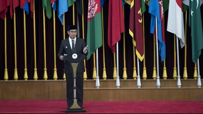 Seusai prosesi napak tilas, seluruh rombongan kepala negara dan delegasi memasuki Gedung Merdeka. Wali kota Bandung, Ridwan Kamil memberikan pidato menyambutan dan membacakan dasa sila Bandung dalam bahasa Inggris. (Antara/M Agung Rajasa)