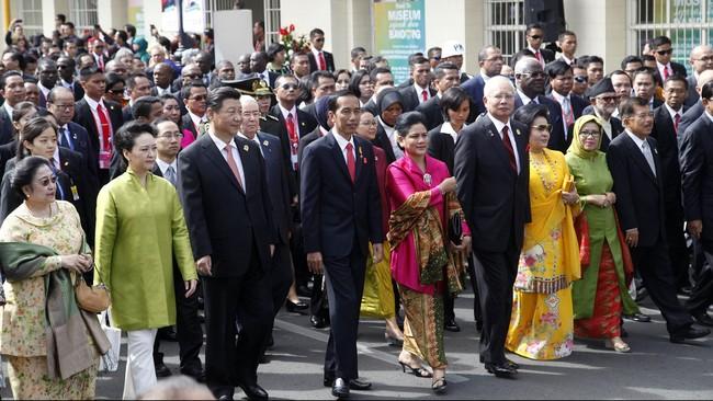 Dalam rombongan, Presiden Jokowi dan Ibu Iriana diapit oleh Presiden Tiongkok Xi Jinping beserta istri,Peng Liyuan di sebelah kanan. Sementara di sebelah kiri, Jokowi didampingi oleh Perdana Menteri Malaysia Najib Razak beserta istrinya,Rosmah Mansur. (Antara/Rosa Panggabean15)