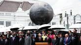 Dalam kesempatan tersebut, Presiden Joko Widodo juga menandatangani Monumen Solidaritas Asia Afrika di, Bandung, Jawa Barat, Jumat (23/4). (Antara/Agus Bebeng)