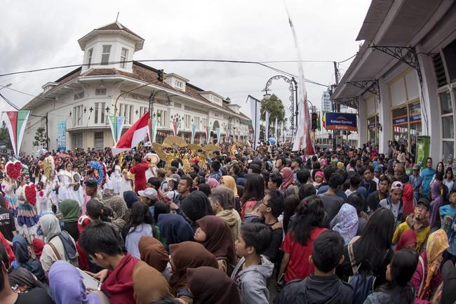 Ribuan warga memadati Jalan Asia Afrika ketika Karnaval Asia Afrika, Bandung, Jawa Barat, Sabtu (25/4). Pengunjung nampak antusias untuk menjadi saksi sejarah dari penutupan KAA. (ANTARA FOTO/M Agung Rajasa)