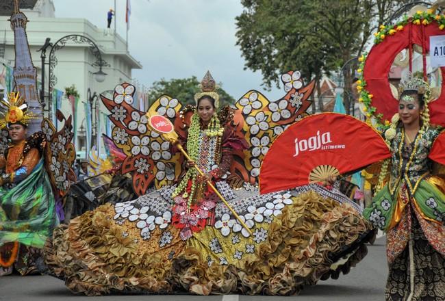 Kontingen Yogyakarta dengan berbagai model pakaian turut memeriahkan pawai Parade Asia Afrika di jalan Asia Afrika, Bandung, Jawa Barat, Sabtu (25/4). (ANTARA FOTO/Paramayuda)