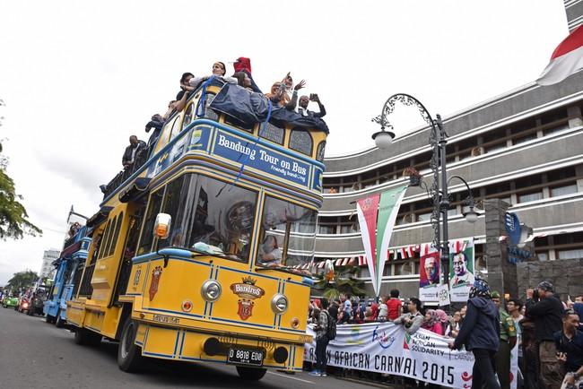 Bandung Tour on The Bus (Bandros) mengikuti parade dalam karnaval asia afrika di Jalan Asia Afrika, Bandung, Jawa Barat, Sabtu (25/4). Bus tingkat ini menjadi salah satu ikon wisata di kota Bandung.( ANTARA FOTO/Hafidz Mubarak)