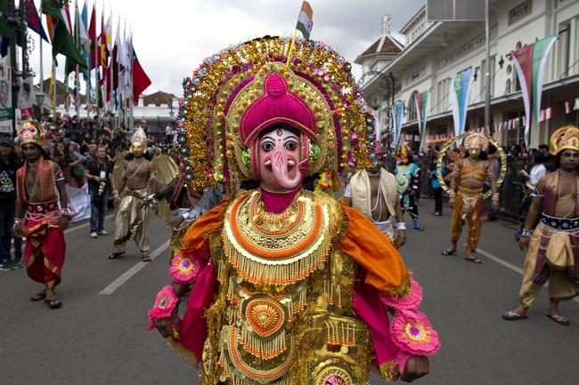 Peserta parade asal India mengikuti Karnaval Asia Afrika di jalan Asia Afrika, Bandung, Jawa Barat, Sabtu (25/4). (ANTARA FOTO/M Agung Rajasa)