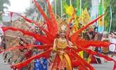 Kostum meriah dengan aneka warna yaitu merah, biru dan kuning meramaikan karnaval KAA yang berlangsung siang hari. Warna-warni ini tampak mencolok dan membuat kostum peserta terlihat apik. (ANTARA FOTO/Agus Bebeng).
