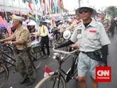 Karnaval juga diramaikan oleh komunitas sepeda onthel. Tak dimungkiri, sepeda onthel adalah bagian dari sejarah dan juga kekayaan bangsa Indonesia. Sepeda antik ini sampai sekarang masih banyak penggemarnya. (CNN Indonesia/ Nadi Tirta Pradesha).