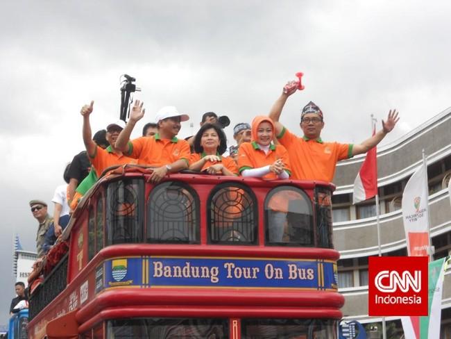 Menteri Pariwisata , Arief Yahya dan istri serta Ridwan Kamil dan istri ikut berkeliling dalam karnaval KAA ini untuk menyapa para pengunjung yang hadir di karnaval. (CNN Indonesia/ Nadi Tirta Pradesha).