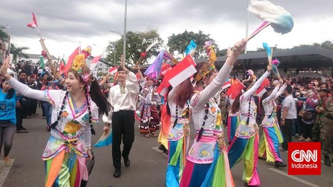 Peserta karnaval dari Tiongkok menghadirkan berbagai busana warna-warni yang cantik dalam acara parade Konferensi Asia Afrika di Bandung, Sabtu lalu. (CNN Indonesia/Nadi Tirta Pradesha)