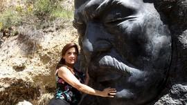 Pelukan Mesra Salma Hayek untuk Lebanon