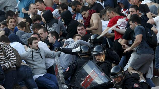 Sementara itu, di atas tribun, para suporter Red Star juga mulai bentrok dengan petugas keamanan. Mereka didesak untuk memisahkan diri dari kelompok suporter Partizan.