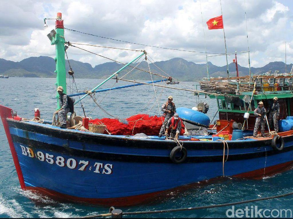 TNI AL dari KRI Sutedi Senoputra mengamankan 3 kapal asing berbendera Vietnam di Perairan Natuna, Jumat (24/2015) dengan jumlah anak buah kapal yang ditangkap sebanyak 35 orang warga negara asing. Susi bilang begitu masuk Kementerian Kelautan dan Perikanan saya mendaftar, menginventarisir persoalan yang ada, kenapa jumlah nelayan turun, kenapa ekspor turun, akhirnya saya kontrol izin perikanan yang ada, data ekspor, impor, akhirnya memutuskan IUU Fishing ini persoalan besar dunia perikanan dan kelautan Indonesia. Pool/Detikfoto/KRI Sutedi Senoputra 378