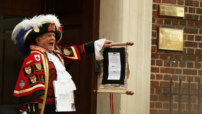 """""""Oyez, oyez,"""" seru Tony Appleton, warga Inggris, menyita perhatian publik dan jurnalis, saat mengumumkan kelahiran putri pertama pasangan Pangeran William dan Kate Middleton di pintu masuk selasar Lindo di St. Mary's Hospital, London, Inggris, kemarin (2/5)."""