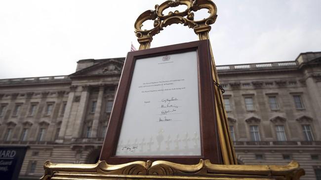 Bingkah indah keemasan berisi pengumuman kelahiran bayi perempuan dari Kate Middleton dan Pangeran William dipajang di muka Istana Buckingham, London (2/5). Sementara di Istana Kensington juga diumumkan kabar gembira ini, termasuk via media sosial.