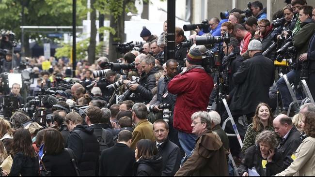 Sejumlah warga dan jurnalis tumplak di sekitar selasar Lindo di St. Mary's Hospital, London, Inggris, kemarin (2/5). Mereka bersuka cita menyambut kelahiran putri pertama pasangan Pangeran William dan Kate Middleton, yang tak lain adik Pangeran George.
