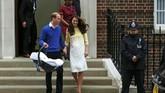 Pangeran William dan Kate Middleton meninggalkan St Mary's Hospital, London, membawa serta bayi perempuan mereka. Di rumah sakit ini juga, Kate melahirkan putra pertama, Pangeran George, pada 22 Juli 2013. Sebentar lagi, si sulung akan berulang tahun ke-dua.