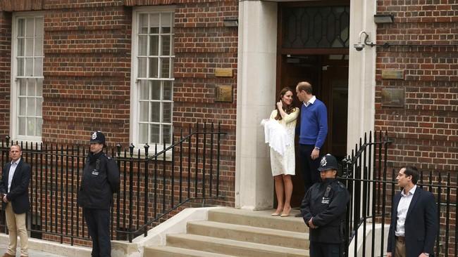 "Yang ditunggu-tunggu, akhirnya muncul di pintu St Mary's Hospital, London (2/5): Pangeran William dan Kate Middleton bersama bayi perempuan mereka. ""Saya sangat bahagia,"" ucap sang pangeran kepada sejumlah warga dan jurnalis yang berkerumun di sekitar rumah sakit tersebut."