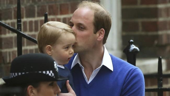 Kecup sayang dari Pangeran William untuk putra pertamanya, Pangeran George, saat keduanya tiba di St Mary's Hospital, London, Inggris, kemarin (2/5), untuk menjemput Kate Middleton serta bayi perempuannya. Hingga hari ini (3/5), belum diumumkan nama resmi si bayi.