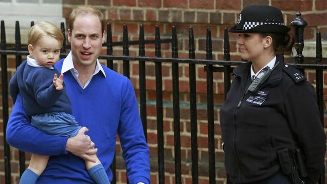 Pangeran William dan putra pertamanya, Pangeran George, kembali ke rumah sakit untuk menjemput Kate Middleton serta bayi perempuannya di St. Mary's Hospital, London, kemarin (2/5). Dunia pun bersuka cita menyambut hadirnya adik perempuan Pangeran George.