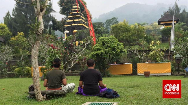 Saat berkunjungi ke pura ini, terlihat dua orang pengunjung yang sedang beribadah dengan khusyuk. Mereka duduk bersila menghadap altar dan terlihat berdoa. Katanya, mereka berasal dari Bali. Kedua laki-laki itu mengendarai sepeda motor dari Bali demi beribadah di Pura ini. (CNN Indonesia/Tri Wahyuni)