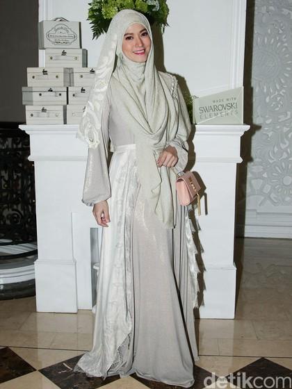 Foto: Inspirasi Padu Padan Hijab Syari & Sneakers ala Lyra Virna