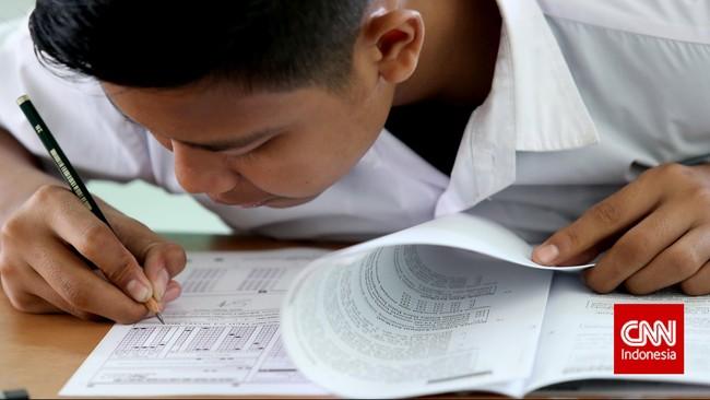 Seorang pesertamengisi lembar jawaban dalam ujian nasional kesetaraan paket B di SMA Negeri 80, Jakarta Utara, Senin, 4 Mei 2015. (CNN Indonesia/Safir Makki)
