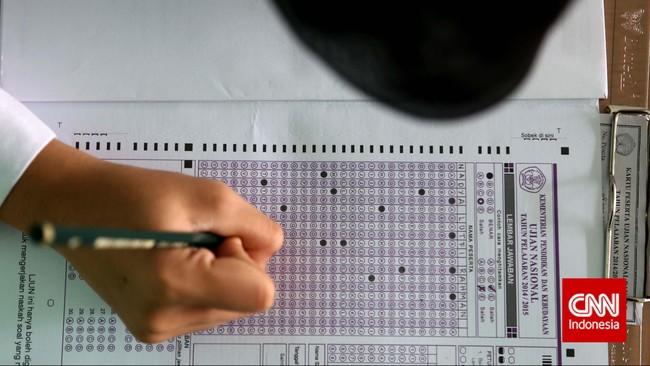 Seorang peserta ujian nasional mengisi lembar jawaban ujian kesetaraanpaket B di SMA Negeri 80, Jakarta Utara, Senin, 4 Mei 2015. (CNN Indonesia/SafirMakki)