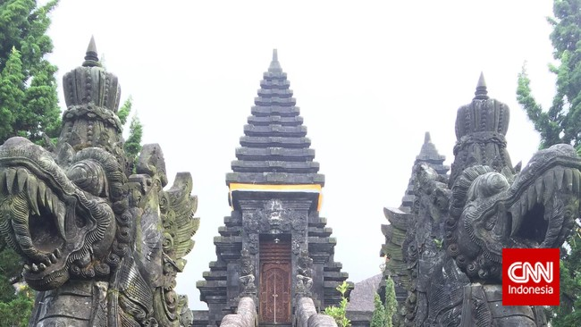 Gerbang utama ini memiliki arsitektur yang sangat apik. Di bagian tangga utamanya ada ukiran dua naga yang ukirannya sangat detail dan indah. (CNN Indonesia/Tri Wahyuni)
