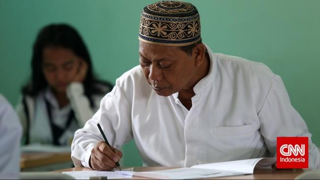 Seorang bapak mengisi lembar ujian nasional kesetaraan paket B di SMA Negeri 80, Jakarta Utara, Senin, 4 Mei 2015. (CNN Indonesia/Safir Makki)