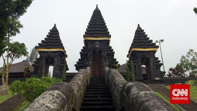 Gerbang menuju utama mandala atau kawasan yang paling suci di Pura Jagatkartta. Hanya umat yang ingin beribadat yang boleh memasuki kawasan ini. (CNN Indonesia/Tri Wahyuni)