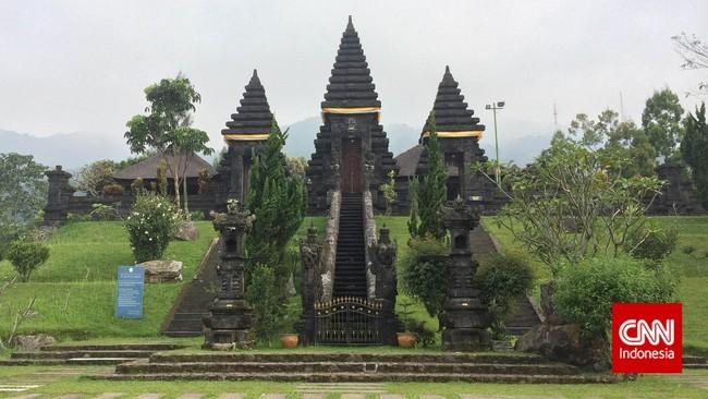 Pura Parahyangan Agung Jagatkartta merupakan pura agama Hindu Nusantara yang terbesar di Jawa Barat. Bahkan pura ini termasuk pura terbesar di Indonesia setelah Pura Besakih, Bali. Konon, pura ini dibangun sebagai persembahan untuk Prabu Siliwangi dan para hyang (leluhur) dari Pakuan Pajajaran. (CNN Indonesia/Tri Wahyuni)