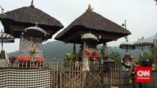 Di bagian tengah kawasan pura atau madya mandala, Anda akan menemukan Pelinggih Ratu Gede Dalem Ped Gunung Salak. Biasanya banyak orang yang melakukan ibadah harian di sini. (CNN Indonesia/Tri Wahyuni)