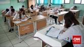 Peserta ujian nasional kesetaraan paket B (setara dengan SMP) di SMA Negeri 80, Jakarta Utara, Senin, 4 Mei 2015. (CNN Indonesia/Safir Makki)