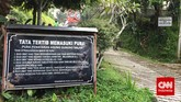 Memasuki kawasan Pura Parahyangan Agung Jagatkartta ini, Anda akan melalui rute yang menanjak. Sebelum pintu masuk, Anda pun akan mendapati papan tata tertib yang harus dipatuhi jika ingin berkunjung ke pura ini. Di antaranya tidak boleh sedang dalam keadaan haid dan yang berpakaian tidak sopan. (CNN Indonesia/Tri Wahyuni)