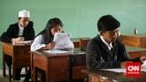 Sejumlah peserta mengisi lembar jawaban soal Bahasa Indonesia saat mengikuti ujian nasional kesetaraan paket B di SMA Negeri 80, Jakarta Utara, Senin, 4 Mei 2015. (CNN Indonesia/Safir Makki)