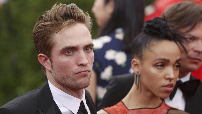Robert Pattinson Boyong Sang Kekasih di Met Gala 2015