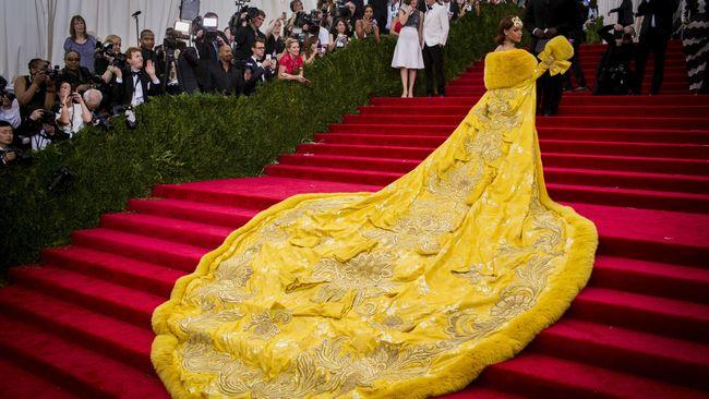 Busana 'Omelet' Bikin Rihanna Tak Bisa Jalan di Met Gala