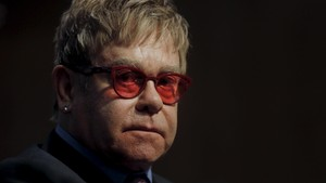 Sisa Masa Karier, Elton John Teken Kontrak dengan Universal