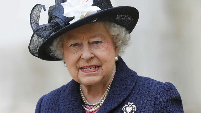 Ratu Inggris Dapat Hadiah Batik dari Indonesia