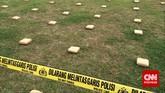 Barang bukti 2,1 ton ganja 'dipamerkan' Direktorat Tindak Pidana Narkoba Badan Reserse Kriminal di Lapangan Bhayangkara Mabes Polri, Jakarta, Senin (11/5). (CNN Indonesia/Abraham Utama)
