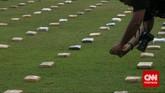 Wartawan memotret 2,1 ton ganja yang 'dipamerkan' Direktorat Tindak Pidana Narkoba Badan Reserse Kriminal di Lapangan Bhayangkara Mabes Polri, Jakarta, Senin (11/5). Ganja-ganja ini milik jaringan pengedar Aceh. Sebagian anggota jaringan itu telah ditangkap, sebagian lagi masih buron. (CNN Indonesia/Adhi Wicaksono)