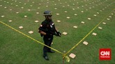 Sebanyak 2,1 ton ganja 'dipamerkan' Direktorat Tindak Pidana Narkoba Badan Reserse Kriminal di Lapangan Bhayangkara Mabes Polri, Jakarta, Senin (11/5). Ganja-ganja itu dibawa dari Aceh ke Jakarta menggunakan truk. (CNN Indonesia/Adhi Wicaksono)