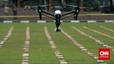 Pesawat remote drone memfoto 2,1 ton ganja 'dipamerkan' Direktorat Tindak Pidana Narkoba Badan Reserse Kriminal di Lapangan Bhayangkara Mabes Polri, Jakarta, Senin (11/5). Ganja-ganja ini hasil sitaan polisi dalam empat kali operasi selama tiga bulan terakhir di Sumatera dan Aceh. (CNN Indonesia/Adhi Wicaksono)