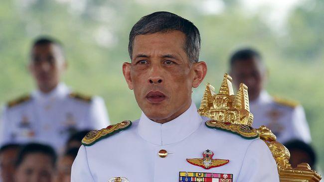 Sehari Jelang Pelantikan, Raja Thailand Sembah Patung Buddha