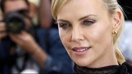 Charlize Theron Pamer Tampilan Baru di 'Fast and Furious 9'