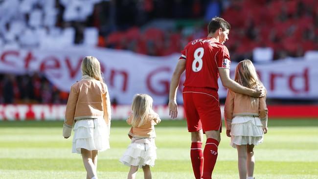 Ditemani ketiga anaknya, Lily, Lexie, dan Lourdes, Gerrard bergerak ke tengah lapangan dan memberikan salut terlebih dahulu sebelum pertandingan. (Reuters/Carl Recine)