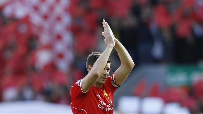 Dan akhirnya, Steven Gerrard pun memberikan aplaus terakhirnya kepada publik Stadion Anfield. (Reuters/Carl Recine)