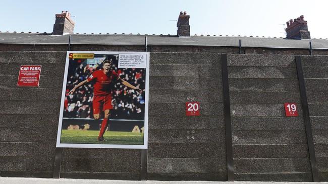 Poster Steven Gerrard dipasang pihak klub di lapangan parkir. Menyambut laga terakhir sang kapten di Anfield, klub menghias stadion dengan berbagai barang terkait Gerrard. (Reuters/Carl Recine)