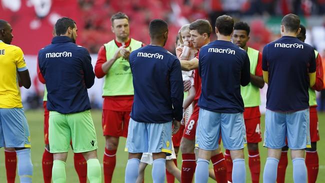 Gerrard keluar paling terakhir dari lorong ruang ganti. Ia masuk ke lapangan melewati guard of honor yang dibentuk para pemain Liverpool dan Crystal Palace. (Reuters/Carl Recine)