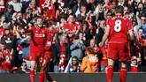 Liverpool unggul 1-0 melalui gol Adam Lallana. Sang pencetak gol pun merayakannya dengan sang kapten. (Reuters/Phil Noble)