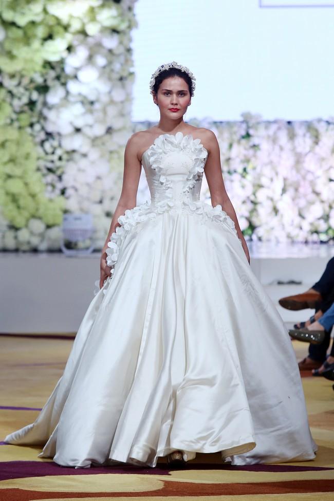 Melirik Gaun Pengantin Elegan Vs Sederhana Dua Desainer