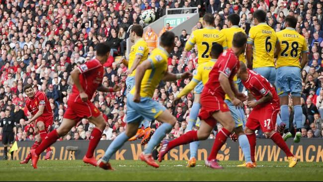 Di 10 menit akhir pertandingan, para pendukung Liverpool berharap Gerrard bisa menyamakan kedudukan lewat tendangan bebasnya. Namun bola hanya melayang di atas gawang. (Reuters/Phil Noble)